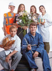 orientation pour les jeunes qui posent comme une équipe en boulanger, garagiste, chef de chantier, fleuriste, laborantin, vétérinaire